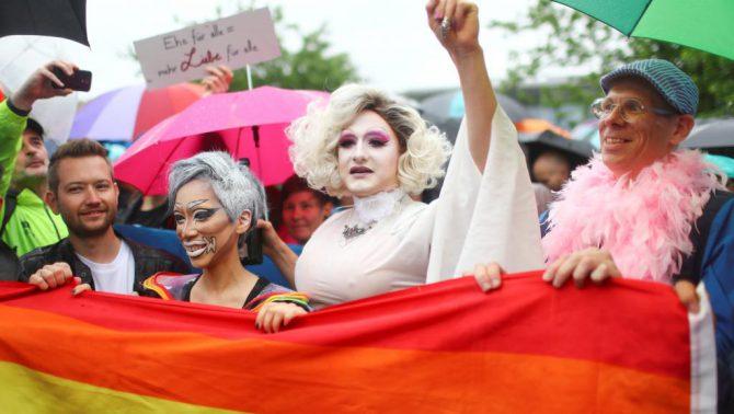 Gente celebrando la legalización del matrimonio para todos en Berlín.