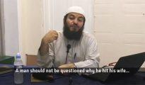 """Haizam al Hadad es un juez del consejo británico de la sharia, y miembro de la junta asesora del Consejo Islámico de la Sharia. A propósito de la violencia doméstica, dijo en una entrevista: """"A un hombre no se le debe preguntar por qué pega a su mujer, porque eso es algo entre ellos. Pueden resolver sus asuntos entre ellos"""". (Imagen tomada de un vídeo de Channel 4 News)."""