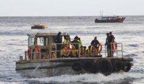 Un barco traslada a un grupo de refugiados a Isla de Navidad