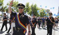 El jefe de Policía de San Francisco junto a sus hombres en el desfile del Orgullo Gay de la ciudad.