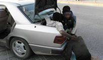 """Un grupo de ilegales que salen del maletero de uno de los coches kamikaze involucrado en """"la trama mafiosa"""" que organiza la entrada irregular de los mismos."""
