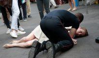 Un bombero ofrece asistencia médica a la candidata francesa Nathalie Kosciusko-Morizet tras ser atacada por un hombre en la calle de París, el 15 de junio de 2017.