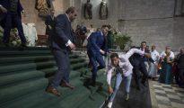 Momento en el que los invitados trataban de reducir al hombre que ha irrumpido al grito de «Alá es grande» en la Iglesia de San Pablo, en Valladolid