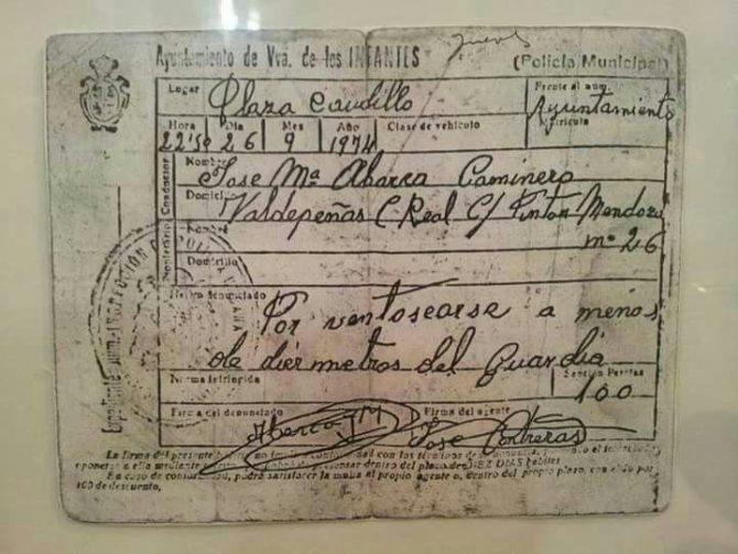 """Cuando el decoro estaba reglado: Copia de una multa de cien pesetas en 1974 por """"ventosearse a menos de diez metros del guardia""""."""