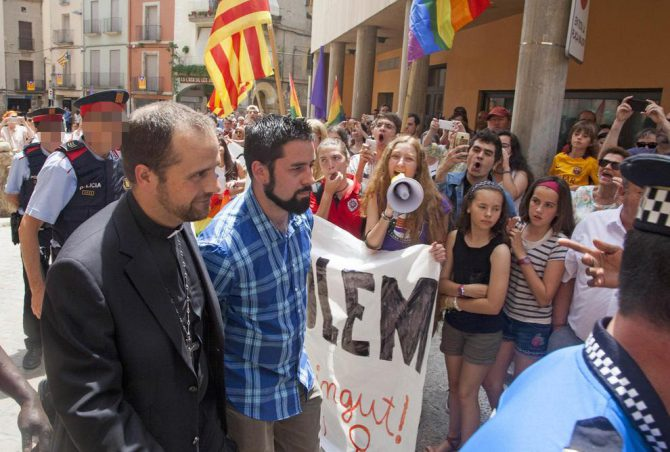 El obispo de Solsona, Xavier Novell, increpado por los suyos.
