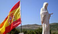 Peregrinos españoles colocan una bandera nacional junto a la Virgen de Medjugorje (Bosnia-Herzegovina).