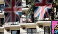 Turistas británicos en el balcón de un hotel de Mallorca.