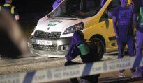 Un agente de policía se lamenta ante el lugar del atropello mortal