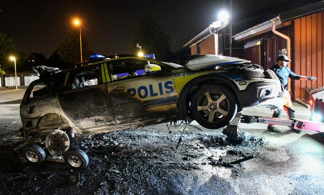 Incendiado un coche de la policía en Lindängen, Malmö, en 2016.