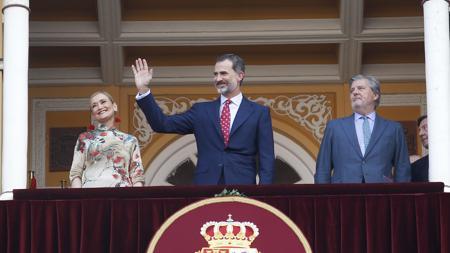 Don Felipe, en el Palco Rela, con Cristina Cifuentes e Íñigo Méndez de Vigo