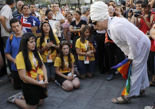 El Padre Ángel pide respeto para los homosexuales en la misma revista del personaje que se ve en la la imagen mofándose de un grupo de jóvenes católicos en la Jornada Mundial de la Juventud celebrada en Madrid.