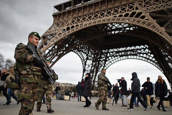 La mitad de los soldados franceses incursos en operaciones militares están desplegados en la propia Francia.