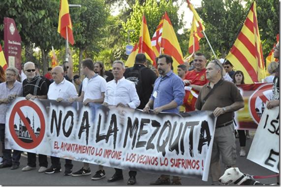 Anglada y Canduela, al frente de la manifestación.
