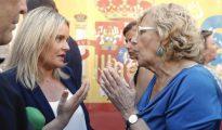 Marimar Blanco (i), presidenta de la Fundación Víctimas del Terrorismo y hermana de Miguel Ángel Blanco, asesinado hace 20 años por ETA, conversa con la alcaldesa de Madrid, Manuela Carmena