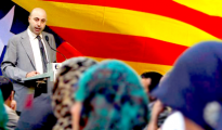 En la imagen, Nouredinne Ziani, exdirector del Espacio Catalanomarroquí de la Fundación Nous Catalans, dirigiéndose a un grupo de magrebíes.