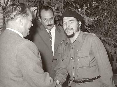 El pose es lo que cuenta: Ernesto Guevara, sin perder de vista a la cámara, con Josip Broz Tito, jefe de Estado de la antigua Yugoslavia.