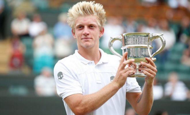 Davidovich, con su trofeo de campeón júnior en Wimbledon.