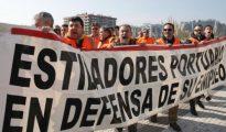 Estibadores del Puerto de Pasaia protestan durante una de las jornadas de huelga de los estibadores