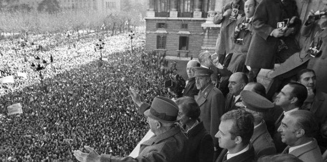 Franco, aclamado en la plaza de Oriente por cientos de miles de españoles el 1 de octubre de 1975, pocas semanas antes de su muerte.