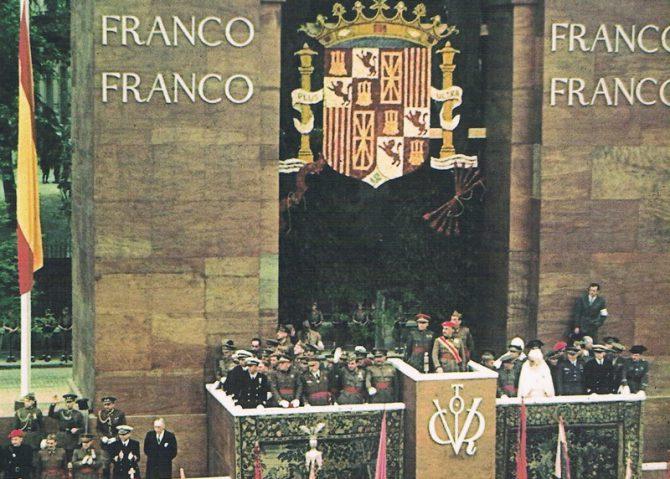 Franco preside el desfile de la victoria tras el fin de la guerra civil