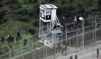 Inmigrantes custodiados por la policía marroquí tras saltar la valla de Ceuta