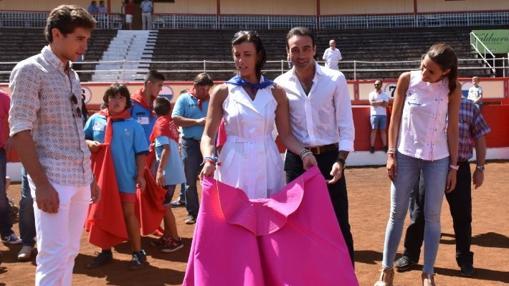 Enrique Ponce junto a la alcaldesa de Santander, Gema Igual