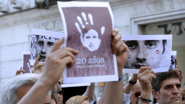Varias personas en un homenaje al concejal de Ermua Miguel Ángel Blanco