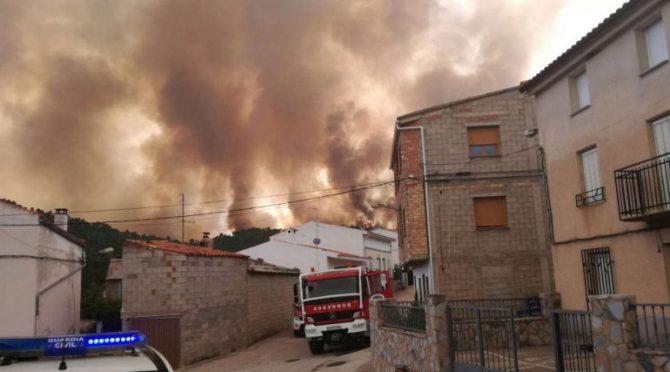 El incendio está próximo a algunas casas