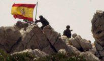 Soldados españoles toman el islote de Perejil el 17 de julio de 2002.