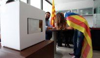 Una joven vota en la consulta independentista del 9 de noviembre de 2014.
