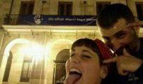 Irene Carril y Pelayo Serantes, en la imagen que colgaron en Facebook ante el Ayuntamiento de Oviedo.