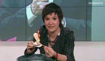 Una periodista de TV3, momento en el que quema un ejemplar de la Constitución española -
