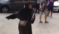 La musulmana perdió los nervios al ver a una joven en 'shorts' (YouTube/ Iván Rodríguez)