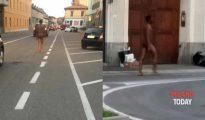 Imágenes del nigeriano caminando desnudo.