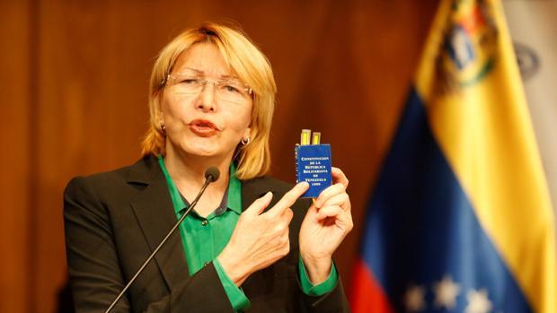 La fiscal general de Venezuela, Luisa Ortega Díaz, sostiene una constitución durante una conferencia