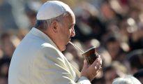 El papa Francisco tomando mate.