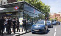 Varias unidades de la Policía Nacional, ayer por la mañana, en la estación de Embajadores (foto ABC)