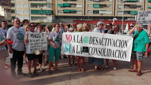 Profesores afectados durante la concentración organizada la pasada semana en Elda (Foto Las Provincias)