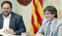 El presidente de la Generalitat, Carles Puigdemont (d), junto al vicepresidente económico, Oriol Junqueras