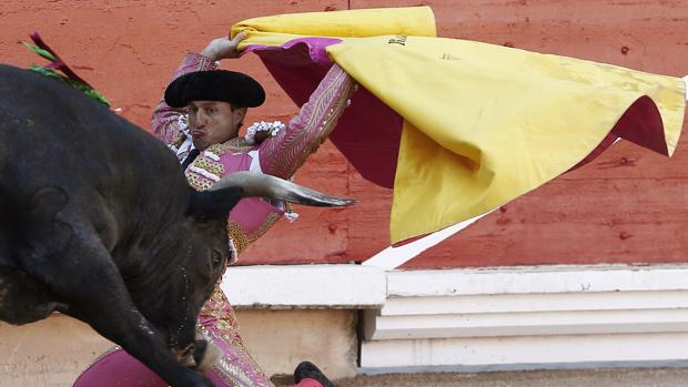 Rafaelillo recibe de rodillas al toro de Miura