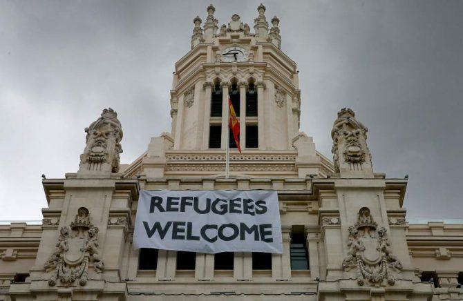 """Pancarta de bienvenida a los """"refugiados"""" en la fachada del Ayuntamiento de Madrid."""