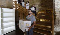 Operarios descargando en el Monasterio de Sijena las 53 obras entregadas por Cataluña a Aragón el año pasado