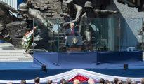 6 de julio de 2017: el presidente Donald Trump pronuncia un discurso en Varsovia, Polonia, frente a un monumento que conmemora el levantamiento de esa ciudad contra los alemanes en 1944. (Foto: Casa Blanca).