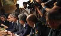 El ministro de Fomento, Íñigo de la Serna (3i), junto al presidente de AENA, José Manuel Vargas (2i), y el delegado del Goibierno, Enric Millo (3d), durante la reunión de la comisión de seguimiento de la huelga del aeropuerto de El Prat