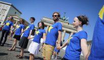 Miembros de una organización juvenil se congrega frente a la Puerta de Berlín para defender el futuro de la Unión Europea.
