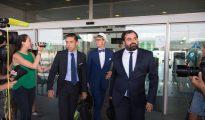 Los abogados de Neymar, después de hacer efectivo el pago.