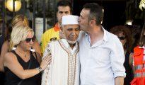 Surrealista: Los padres del niño asesinado por islamistas consolando a un musulmám (Foto El Periódico de Catalunya)