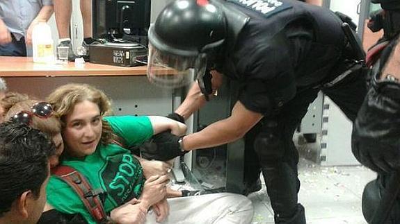 Ada Colau, en una protesta en una oficina bancaria (archivo).