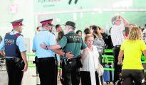 Agentes de los Mossos y la Guardia Civil en El Prat