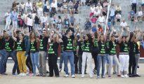 Los antitaurinos, en los medios de Las Ventas antes del comienzo de la final del certamen de novilladas nocturnas